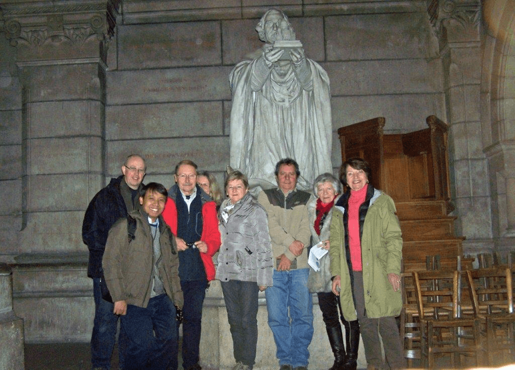 Devant la statue du cardinal Guibert (crypte de la basilique du Sacré-Cœur)
