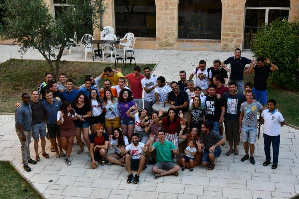 grupos de jóvenes de Italia y España